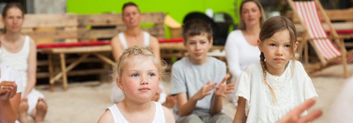Børnehold klar til at lave yoga